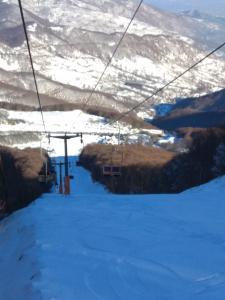 ανεβαίνωντας με το lifting του χιονοδρομικού